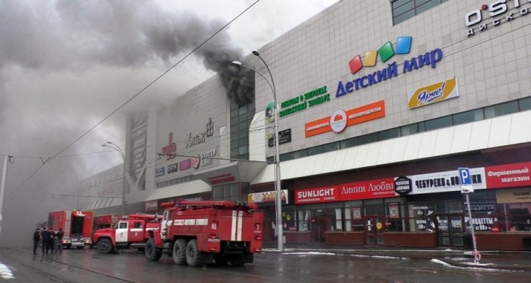 MOS02. Kemerovo (Russian Federation), 25/03/2018.- A handout photo made available by the Russian Emergencies Ministry shows fire fighters climbing up onto a top floor of a shopping mall Zimnyaya Vishnya on fire in the Siberian city of Kemerovo, Russia, 25 March 2018. According to reports, the fire occurred on the third floor at the children playing ground in the shopping center leaving at least four children dead. (Incendio, Rusia) EFE/EPA/EMERGENCIES MINISTRY HANDOUT HANDOUT EDITORIAL USE ONLY/NO SALES/NO ARCHIVES